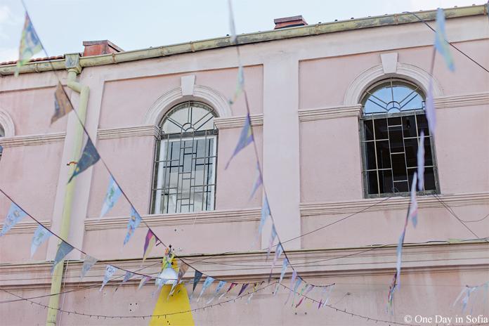 Kapana windows and street flags
