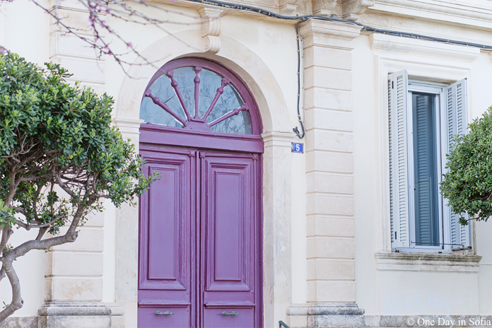purple door in Corfu town